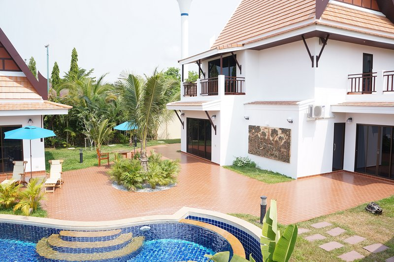 Exclusive Deluxe Oriental Thai Pool Villa 4 Bedrooms, vacation rental in Rayong