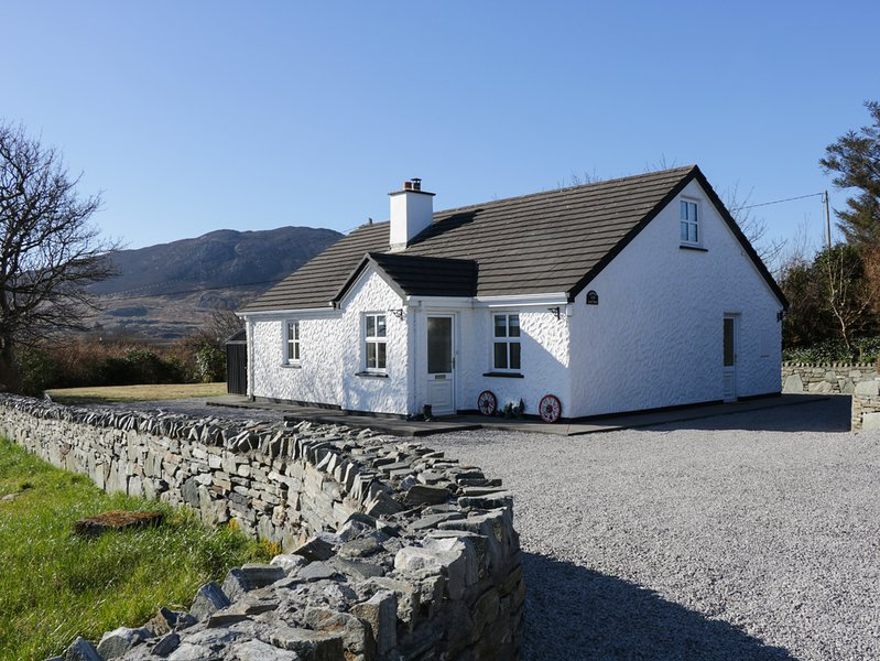 STONEY COTTAGE, family friendly, with a garden in Tully, County Galway, Ref 4402, vakantiewoning in Tully