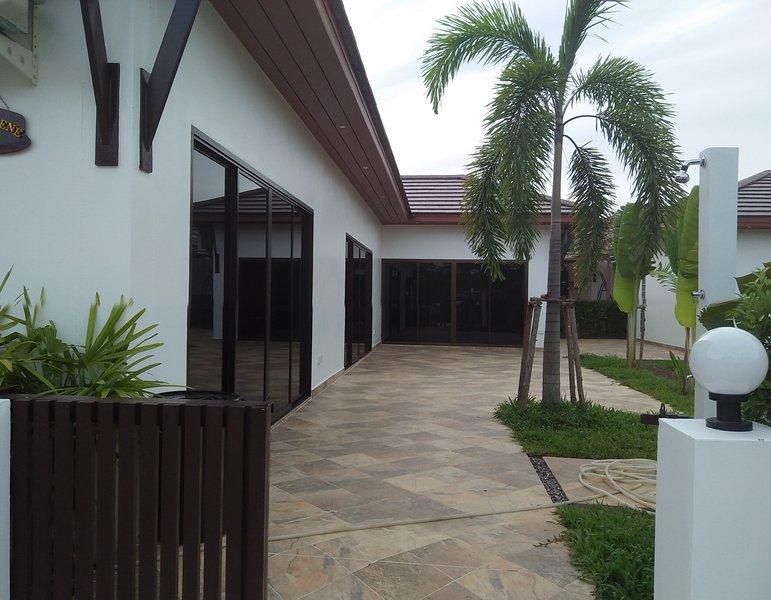 Tropicana Villa Garden 4 bedrooms, vacation rental in Rayong