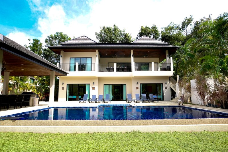 OPAL: 8 Bedroom, Private Pool Villa, near Beach, Sleeps 18 Guests - Great Value, holiday rental in Nai Harn