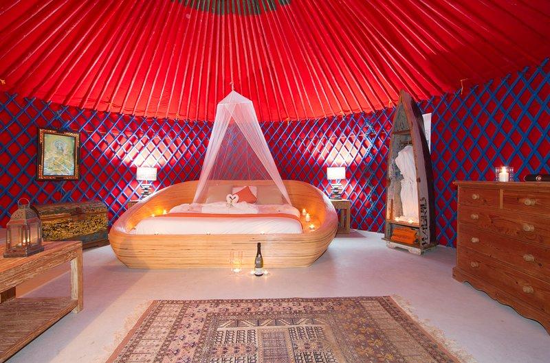 Palacio Yurt met super kingsize bed en uitzicht op zee vanaf de voordeur