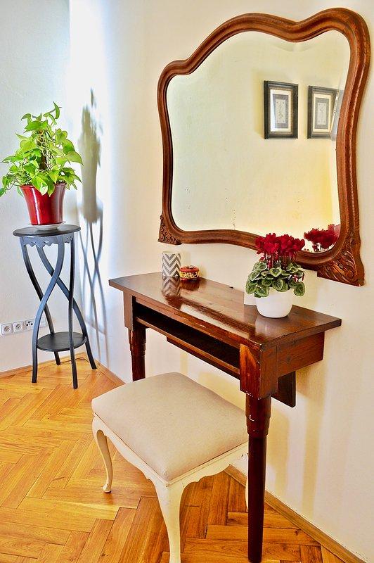 table de maquillage dans la chambre, se détendre et se préparer à une nuit de culture à Prague.