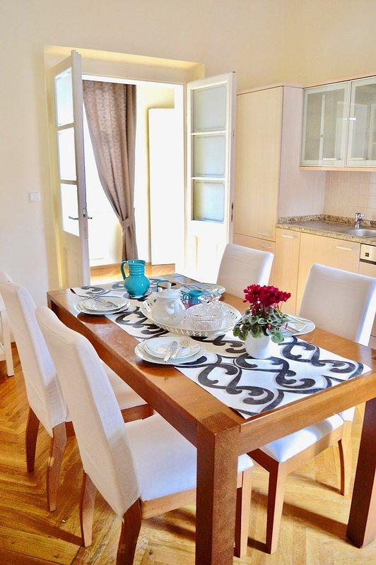 Cuisine séparée avec table à manger.