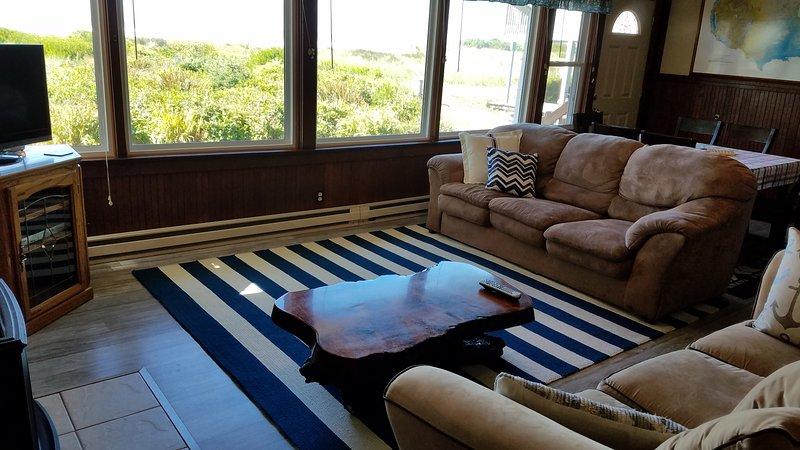 sala de estar, vista para o mar, 2 sofás, TV a cabo, lareira propano