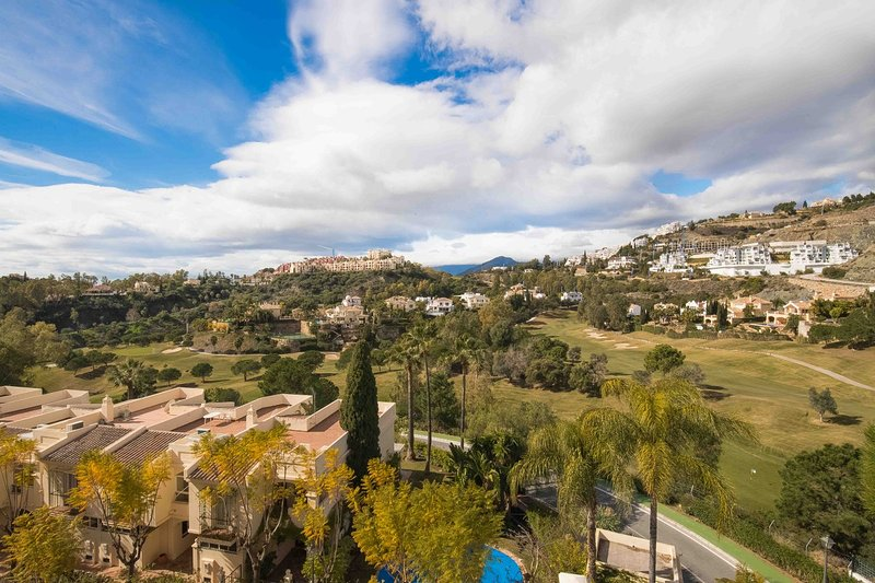 Fabulous 3 bedroom apartment (family friendly) near Marbella & Puerto Banus, holiday rental in Nueva Andalucia