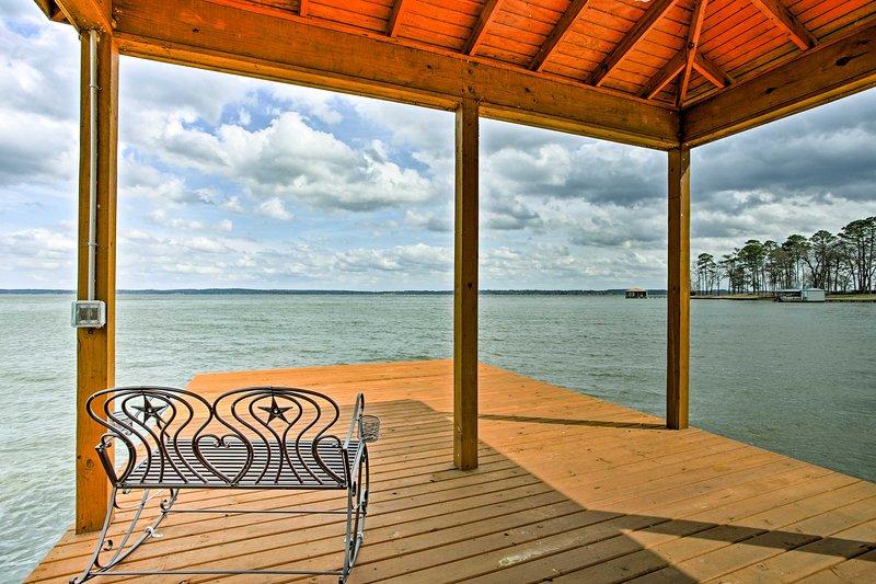 Stunning Chandler Lake House w/Deck, Dock & Bar!, location de vacances à Larue