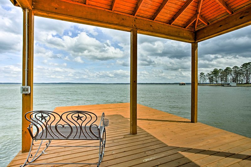 Stunning Chandler Lake House w/Deck, Dock & Bar!, vacation rental in Chandler