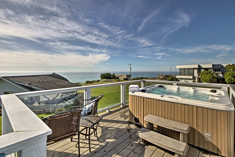 Irish Beach Home w/Rooftop Hot Tub & Ocean Views!, alquiler de vacaciones en Elk