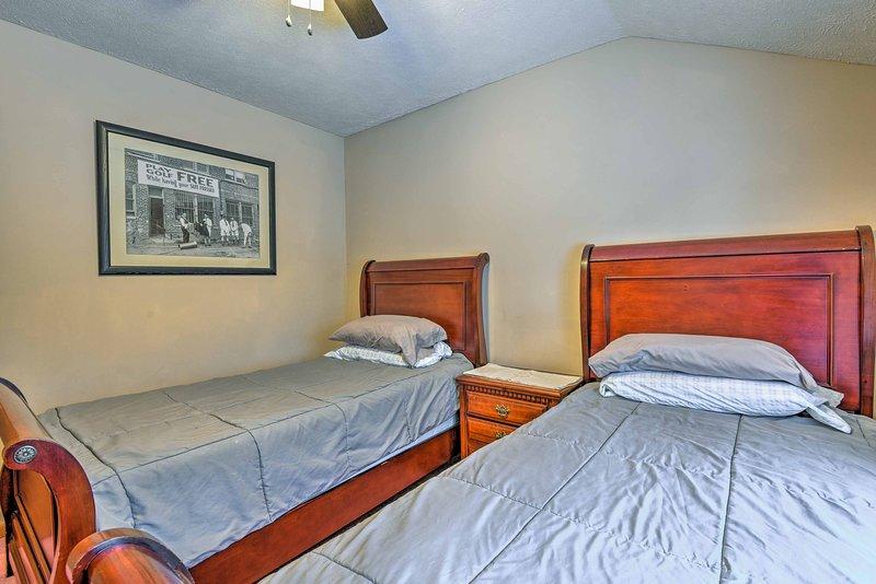 El segundo dormitorio con 2 camas tamaño doble.