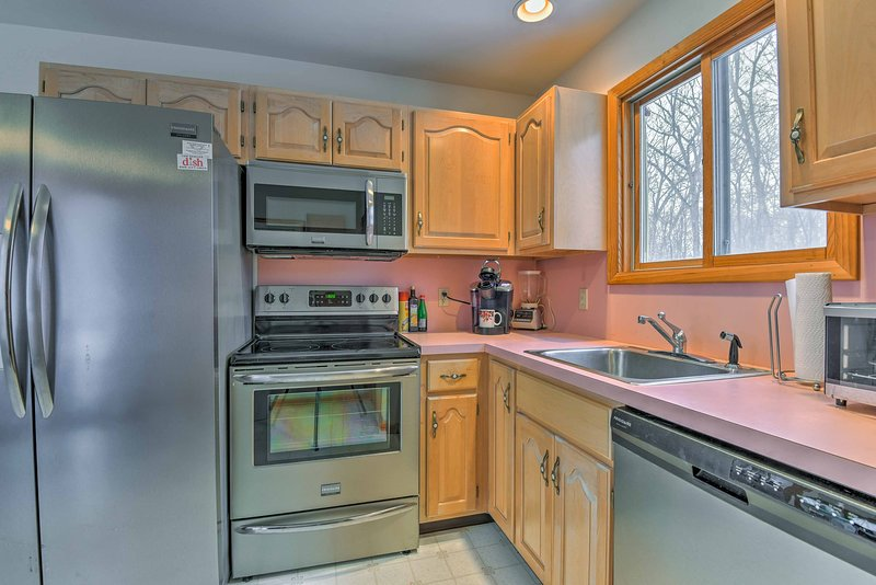 La cocina está totalmente equipada con electrodomésticos de acero inoxidable.