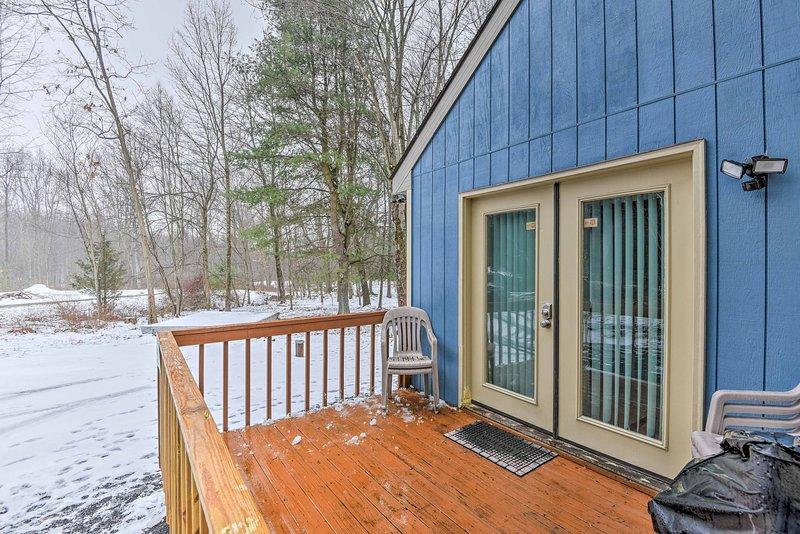 Sentado en 2,5 acres de terreno privado, esta casa es un paraíso Poconos!