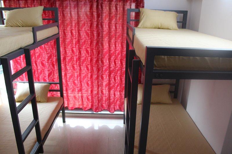 4 cama dormitorio femenino con baño privado