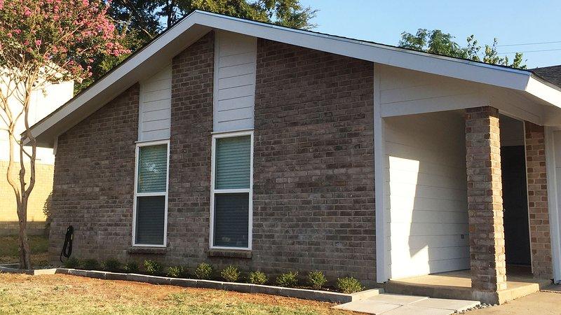 Comfy, family-friendly home central to DFW 1.8 mi to Cowboy Stadium, Six Flags, aluguéis de temporada em Arlington