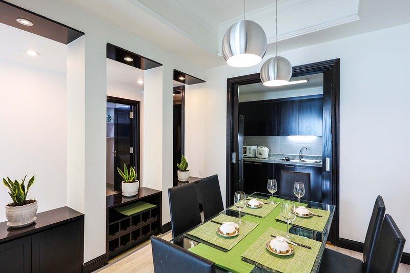 salle à manger et cuisine américaine entièrement équipée spacieuse