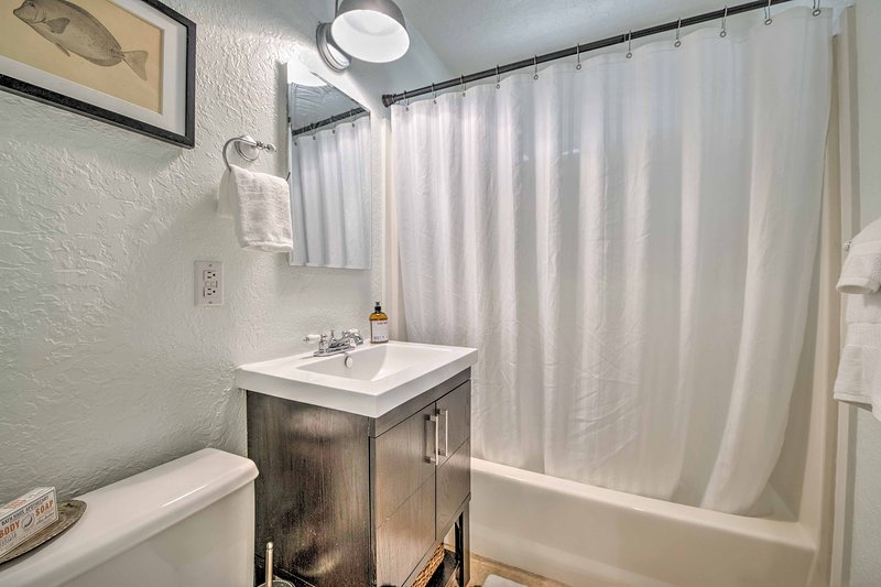 El baño se destaca por un combo de ducha / bañera.