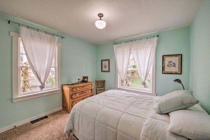 El dormitorio principal alberga una cama de matrimonio.