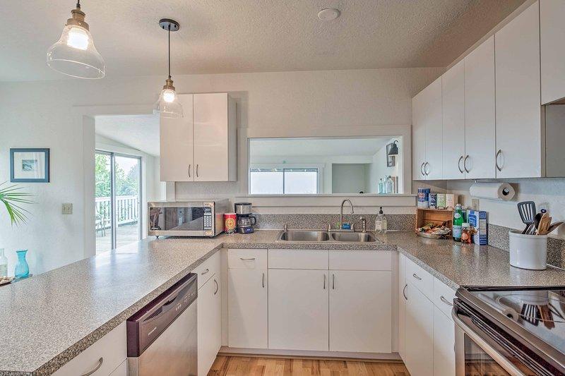 La cocina está totalmente equipada con utensilios de cocina y vajilla.