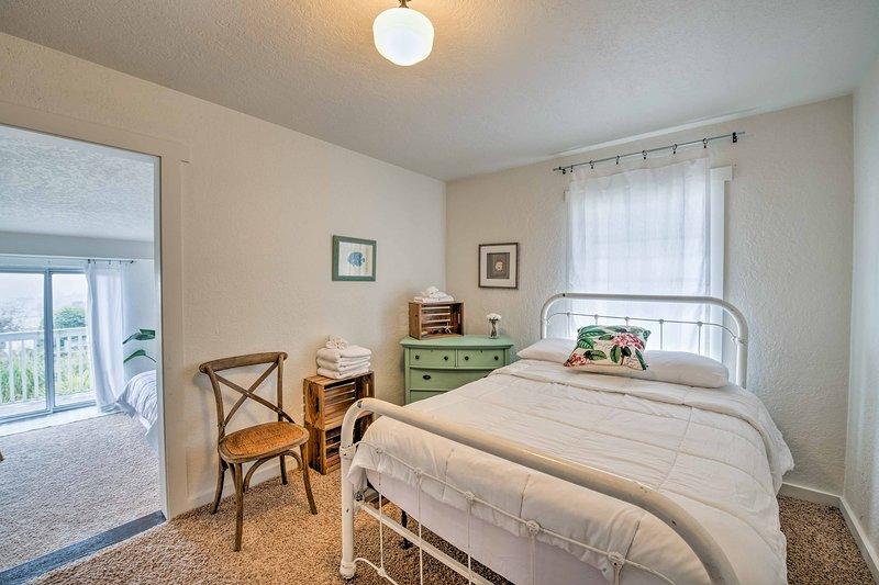 El segundo dormitorio con una cama de tamaño completo.