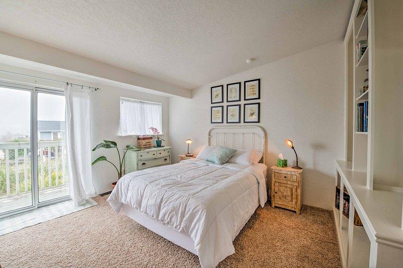 Cada cama es el hogar de un edredón blanco acogedor.
