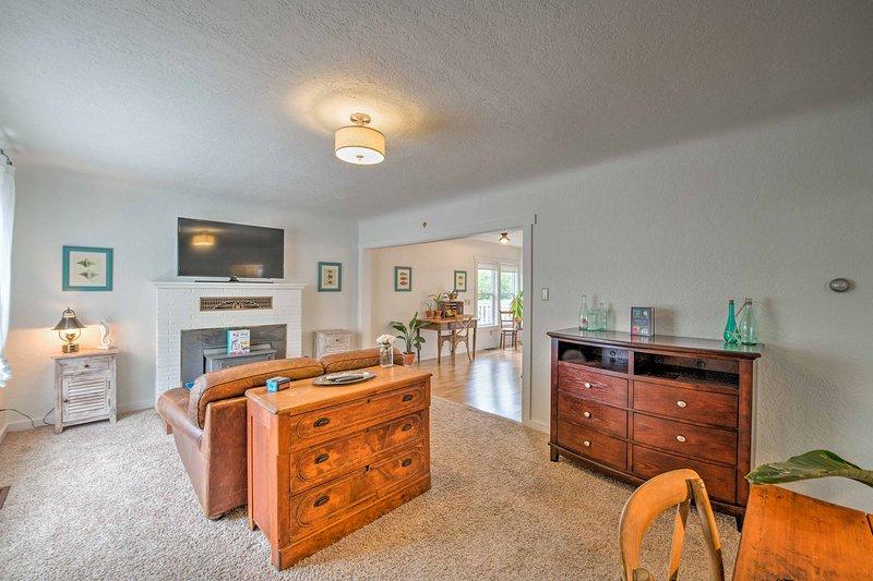 muebles importados y la decoración costera adornan el espacio de vida.