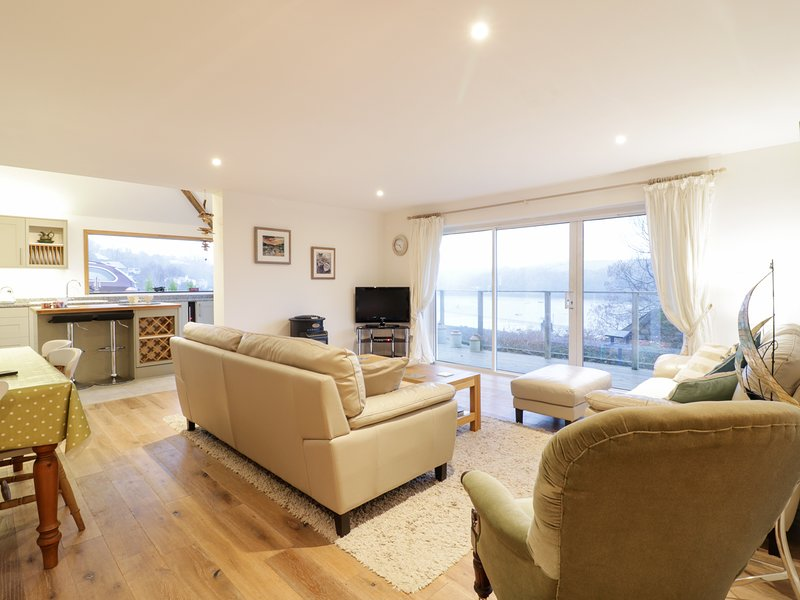 TREETOPS, ground floor accomodation, riverside location, Fowey 3 miles, Ref, vacation rental in Golant