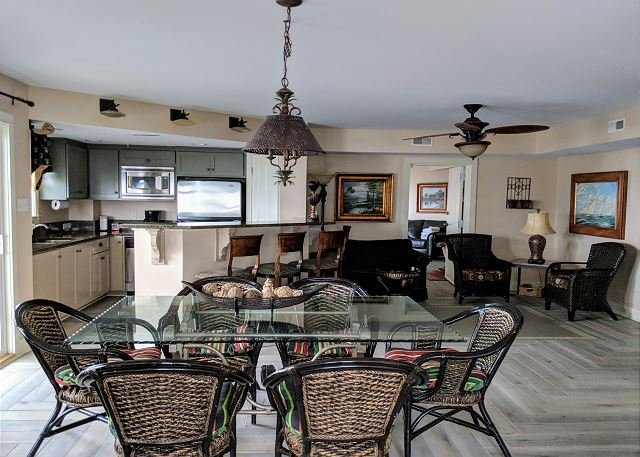 Large Sunny Living/Dining Area for Family Gathering