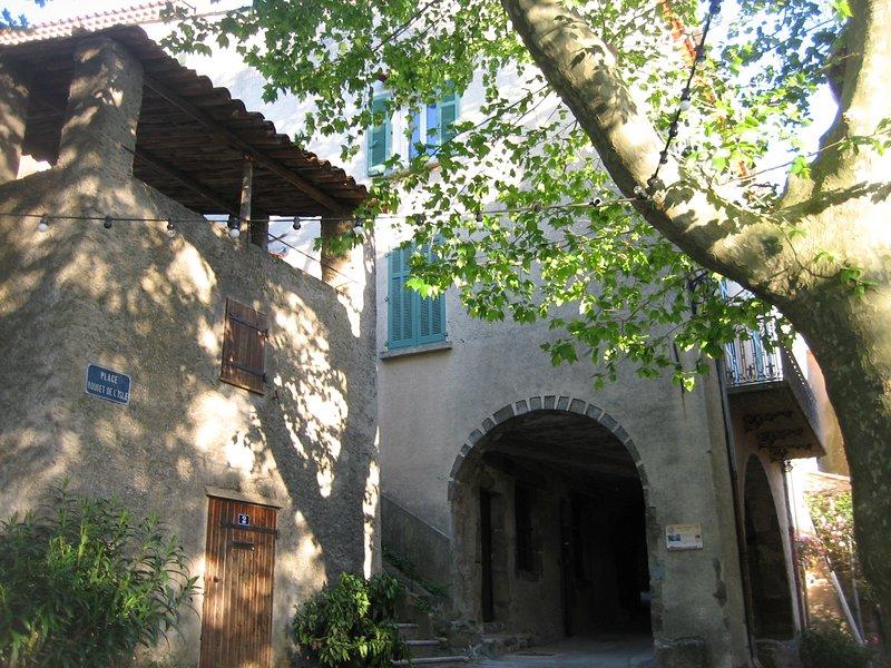 Appartement T3 65 m2 dans maison de caractère, quartier coeur historique, vacation rental in Collobrieres
