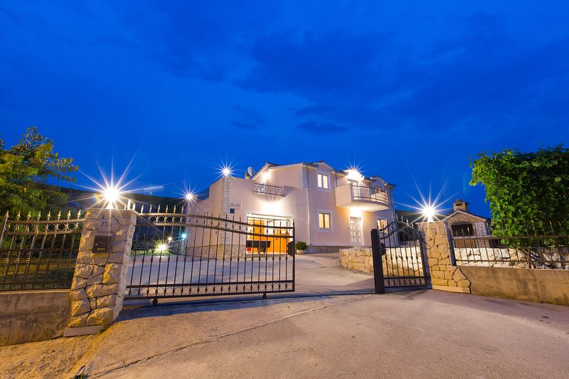 Villa 'Moj Mir' -15km from Split -private pool, perfect peace,bbq, holiday rental in Sinj
