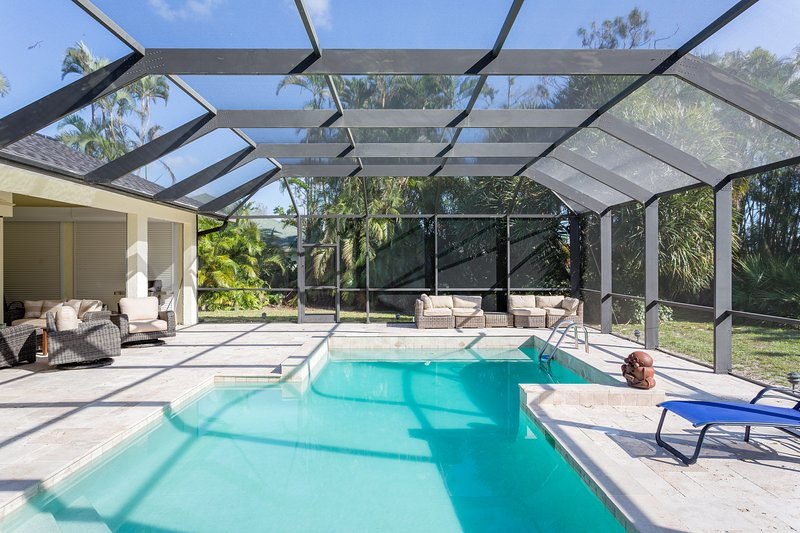 Huge 3BR/2.5BA Southern Pool Home w/ Contemporary Design in beautiful Kings Lake, location de vacances à Naples