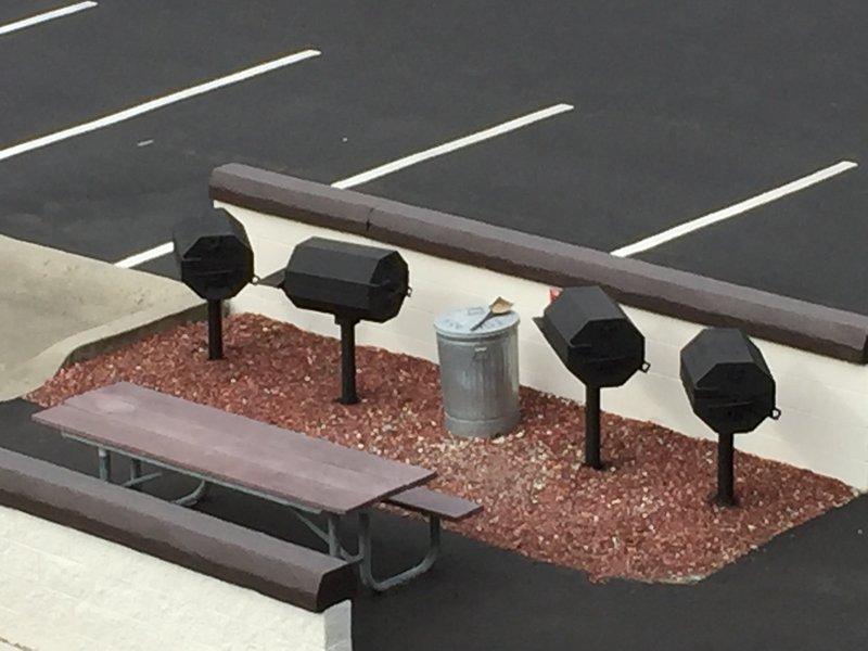 Ils sont 6 barbecues au charbon pour les clients du complexe Windjammer