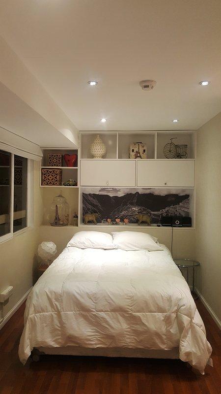dormitorio con cama de 2 plazas de la marca Rosen