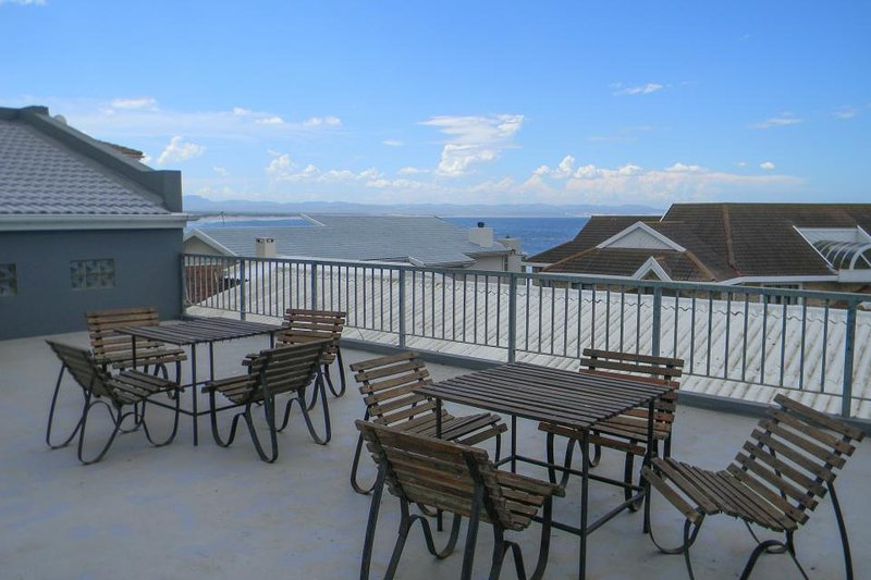 Lovely condo w/ upstairs oceanview patio, & shared pool - steps from the beach!, vacation rental in Humansdorp