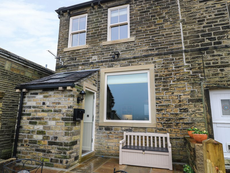 6 MOUNT PLEASANT, listed building, stunning countryside views, exposed beams, holiday rental in Ripponden