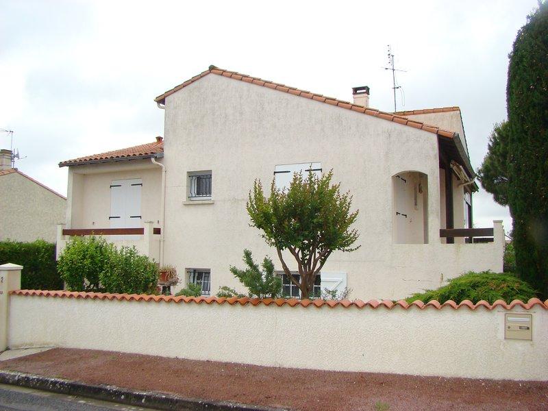 Agreable maison a proximité de la mer dans quartier résidentiel, holiday rental in Charente-Maritime