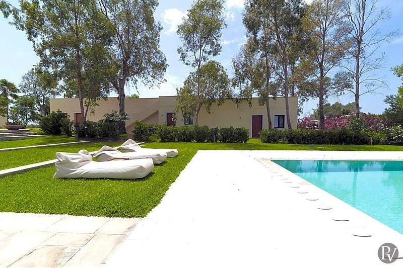 Baia Verde Villa Sleeps 18 with Pool and Air Con - 5580283, Ferienwohnung in Baia Verde