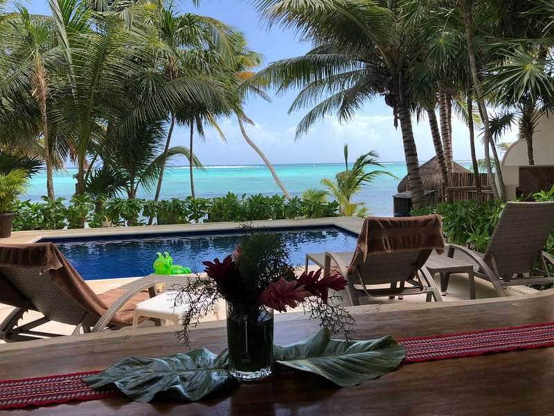 Effortless chic beachfront home, offers luxury and comfort in a gated community – semesterbostad i Tulum