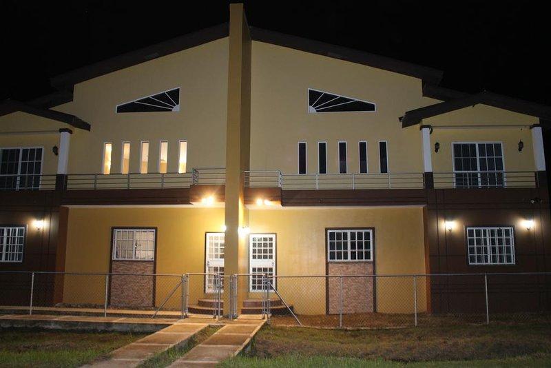 Belmopan Duplex-Side B, location de vacances à La Democracia
