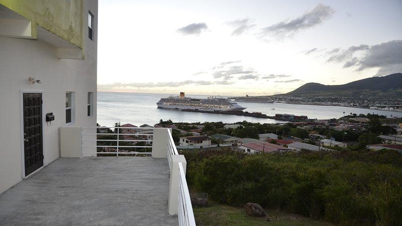 La entrada al apartamento con balcón y vistas al mar