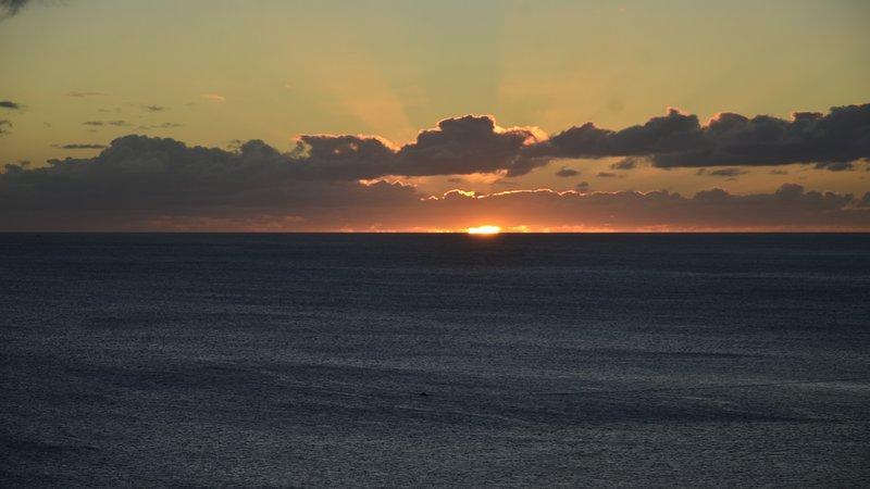 Una de las muchas puestas de sol se puede experimentar en el apartamento
