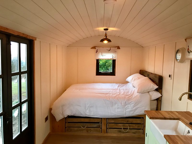 The Hut on The Hill, holiday rental in Newnham