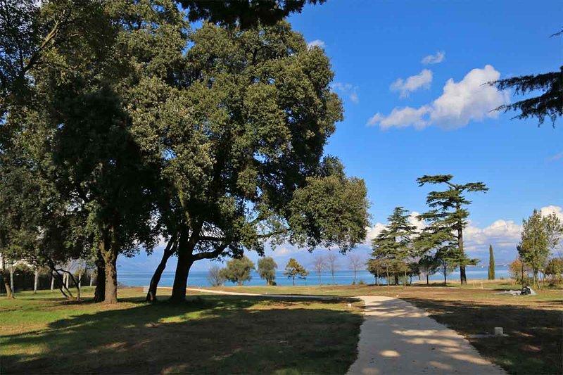 Parco Idroscalo med sjöutsikt framför huset
