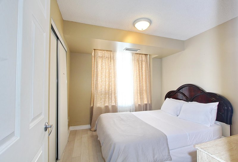 Miraculous 3 Bedroom Apartment In Mississauga Has Washer And Balcony Interior Design Ideas Apansoteloinfo