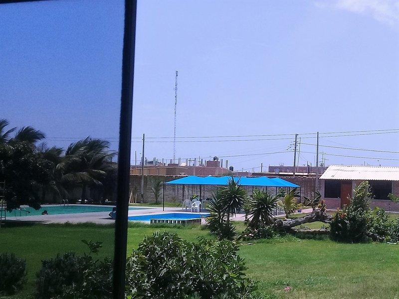 vista dalla camera alla piscina e le aree verdi