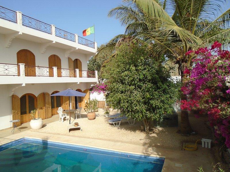 Belle propriété à Mbour, 3 minutes de la plage, beau jardin, tout confort., aluguéis de temporada em Mbour