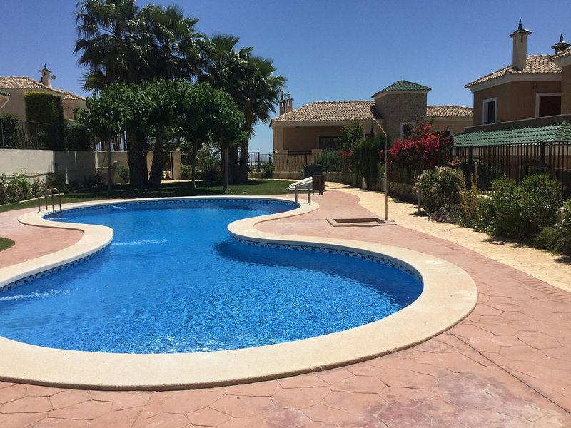 4 Bed/4 Bath Detached Luxury Villa with Private Garden and Stunning Shared Pool, location de vacances à Banos y Mendigo