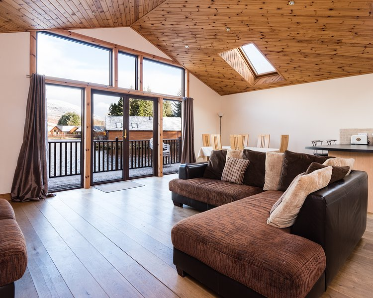 Spectacular Loch Side Mountain View Cabin, holiday rental in Aberfeldy