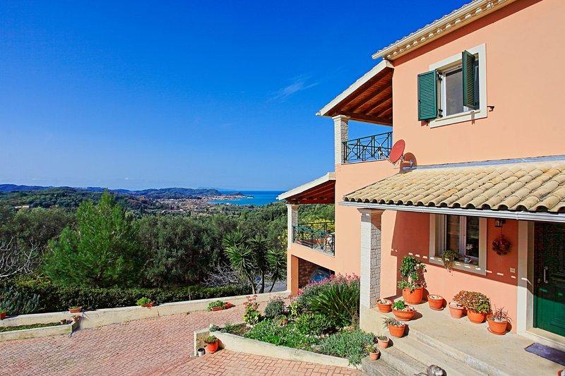 Sunset House: Stunning views, close to amenities, not far from the beach, aluguéis de temporada em Agii Douli