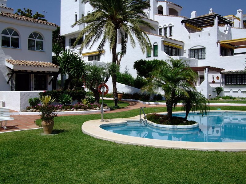 Family friendly ground floor 3 bed, 3 bath villa with pool 10 steps away!, vacation rental in Puerto Banus