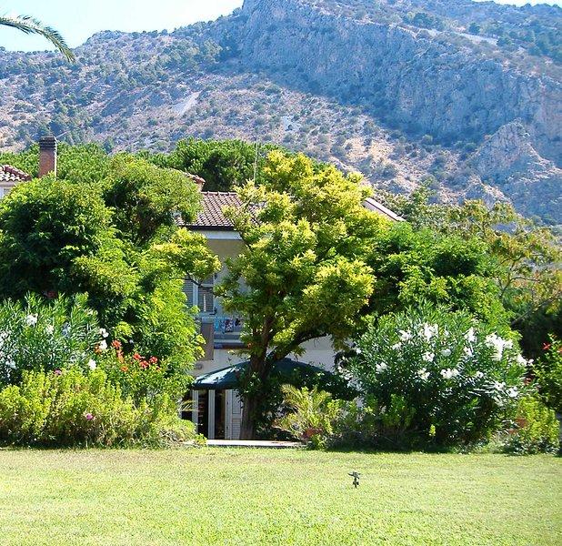 Bellissimo appartamento in villa con ampio giardino, a 20 minuti dalla spiaggia, holiday rental in Alimena