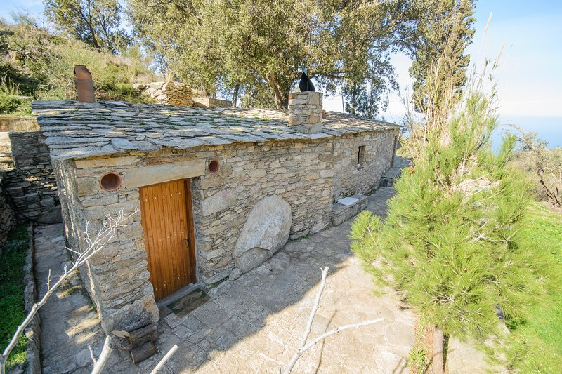 Authentic Ikarian Stone House & Living Experience, holiday rental in Gialiskari